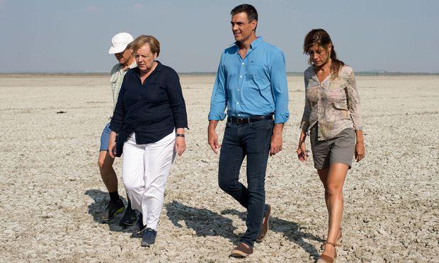 Gespräche im Naturpark: Die Regierungschefs Merkel und Sánchez samt ihren Ehepartnern.