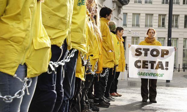 Die Umweltorganisation Greenpeace hat Mittwochfrüh das Bundeskanzleramt am Wiener Ballhausplatz abgeriegelt