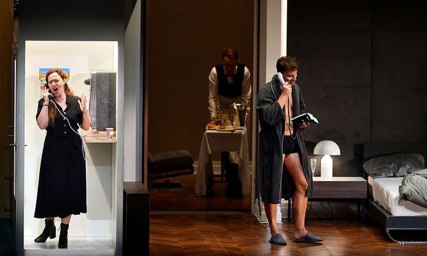 Oper im Soap-Opera-Stil: Das entscheidende Duett singen Medea (Elena Stikhina) und Jason (Pavel Černoch) über Telefon.