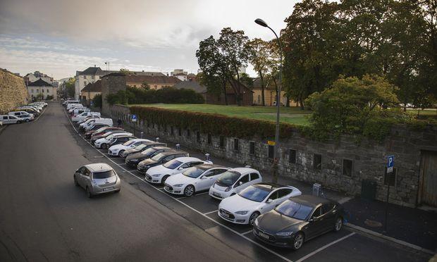 Typische Straßenszene in Oslo: Elektroautos bekommen den Vorzug. Mit dem Laden wird es schon knapp in der Stadt.