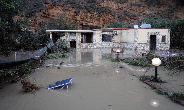 Neun Menschen kamen in den Fluten ums Leben, die dieses Ferienhaus auf Sizilien erreichten.