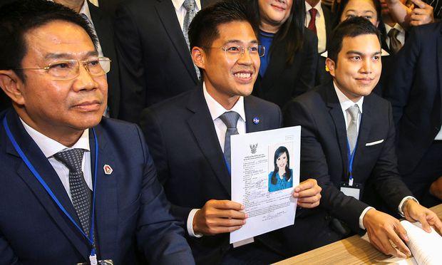 Thai Riksa-Parteichef Preechapol Pongpanich präsentierte Stolz die Schwester des Königs als Spitzenkandidatin.