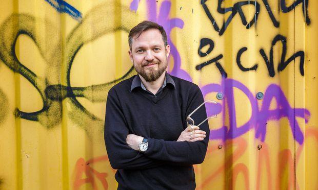 Simon Hadler will mit seinem Buch die Welt zwischen Fakten und Fake einordnen. / Bild: (c) ORF.at/Christian Öser