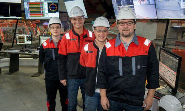 """""""Ganz können uns die Roboter nicht ersetzen."""" Zwei Generationen Donawitzer Stahlarbeiter in Hightech-Umgebung. / Bild: (c) Reinhard Engel"""