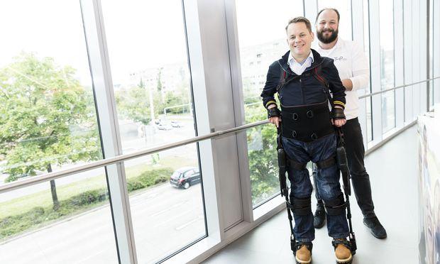 Gregor Demblin im Exoskelett. Physiotherapeut Dennis Veit unterstützt ihn.