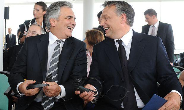 Wenig zu Lachen haben Faymann und Orban in der Flüchtlingskrise.