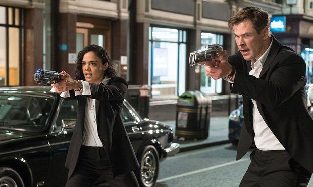 Am Drücker. Die Agenten M (Tessa Thompson) und H (Chris Hemsworth) gehen im bekannten Outfit auf Alien-Jagd.