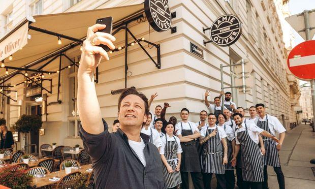 Jamie Oliver mit der Mannschaft seines Restaurants am Luegerplatz beim obligaten Handyfoto. / Bild: (c) Alba