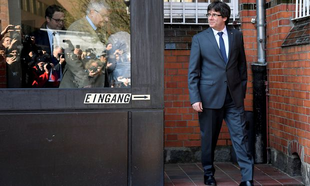 Puigdemont bleibt nach der Entscheidung zunächst auf freiem Fuß.