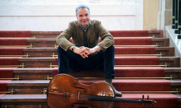 Rupert Schöttle und sein Cello auf den Stufen des Wiener Konzerthauses.
