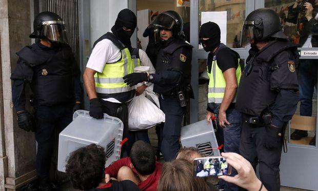 Spanische Polizei beschlagnahmt Wahlurnen