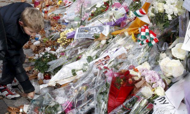 Um die Opfer von terroristischen Anschlägen wird nicht nur vor Ort, wie hier nahe der Pariser Bataclan-Konzerthalle, sondern auch im Netz getrauert.