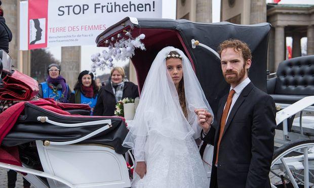"Archivbild: Protestaktion der ""Terre des Femmes"" gegen Kinderehen in Berlin, 2015"