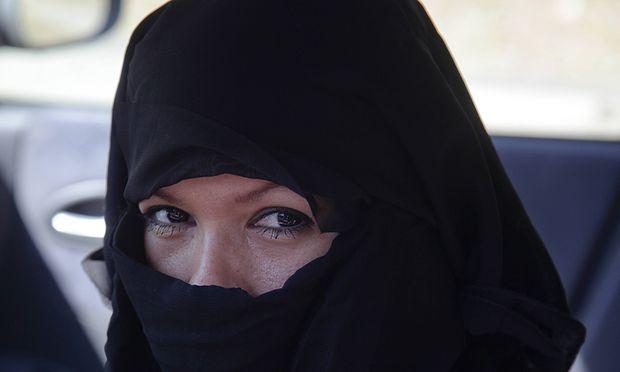 Muslima mit Niqab auf der Straße