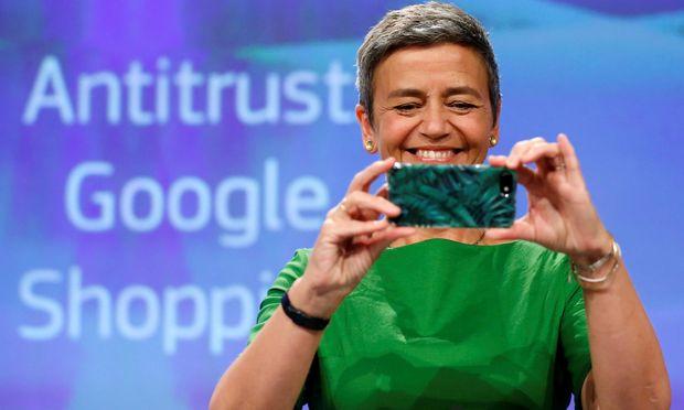 EU-Kommissarin Margrethe Vestager bestraft Google – mit einem iPhone von Apple in der Hand.