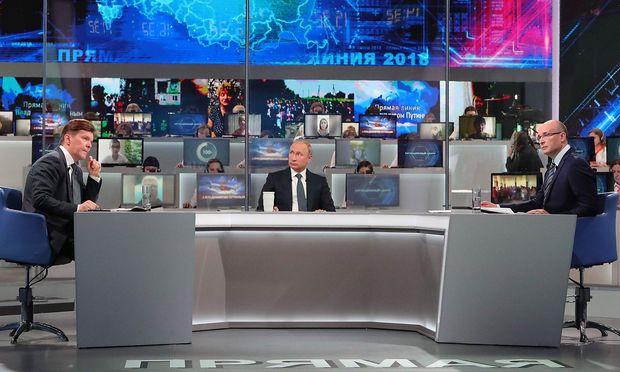 Putin im Fernsehstudio bei seiner Bürgerfragestunde