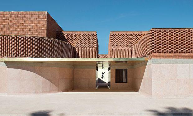 Der Eingang des neuen Yves Saint Laurent Museums in der Rue Yves Saint Laurent in Marrakesch, gleich nebenan ist der Jardin Majorelle.