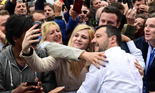 Der Streit mit Italien (hier: Matteo Salvini umringt von Anhängern) zeigt einmal mehr, wie notwendig eine Euroreform ist.