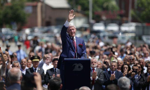 Jubel für den früheren US-Präsidenten. Bill Clinton feiert mit Kosovo-Albanern den Abzug serbischer Truppen vor 20 Jahren.