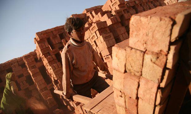 Kinder, Männer, Frauen, die auf Feldern, Baustellen, in Fabriken oder Minen Tag und Nacht lebensgefährliche Arbeiten verrichten, ohne dafür auch nur einen Cent zu bekommen.