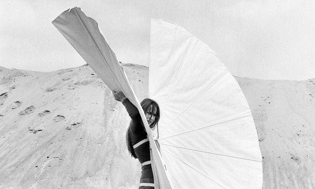 """Körper. In """"Weißer Körperfächer"""" aus 1970 ist ein Grundmotiv von Horns Arbeit angelegt."""