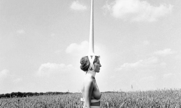 """Welt. Freiheit und Eingesperrtheit kollabieren in der Performance """"Einhorn"""",  entstanden 1970."""