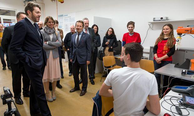 Eröffnungsgäste und die Projektverantwortlichen der FH besichtigen die Einrichtungen des neuen Start-up-Centers der FH Campus Wien.