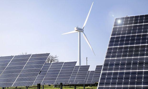 Windrad und Solarpanele