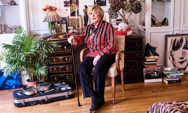 Den Stock hält sie wie ein Szepter: Marianne Faithfull in ihrer Pariser Wohnung.