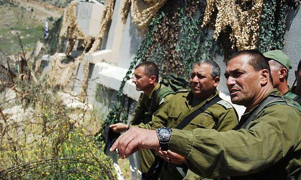 Eizenkot (Mitte) 2011 als Chef des Nordkommandos bei einem Aussichtspunkt Richtung Libanon
