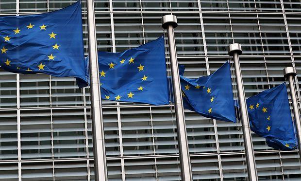 EU-Flaggen vor dem Kommissionsgebäude in Brüssel ters in Brussels
