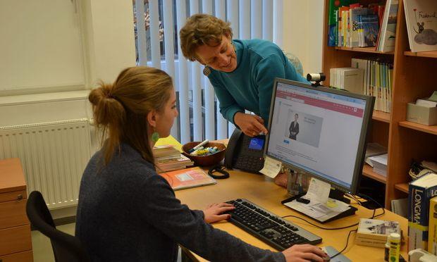 Projektleiterin Petra Hauptfeld-Göllner von der FH Burgenland erklärt einer ungarischen Gaststudentin die neue Onlineplattform, die insbesondere ausländische Studierende bei der richtigen Gestaltung akademischer Arbeiten unterstützen.