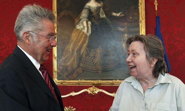Ute Bock 2012 beim damaligen Bundespräsidenten Heinz Fischer