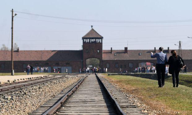 Besucher am Gelände des KZ Auschwitz-Birkenau