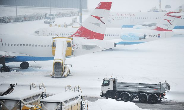 Durch den Schnee kam der Flugplan am Flughafen Wien-Schwechat auch am Freitag durcheinander.