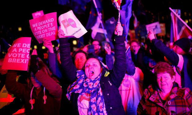 Vor dem Parlament in London versammelten sich Anhänger einer neuen Referendums.