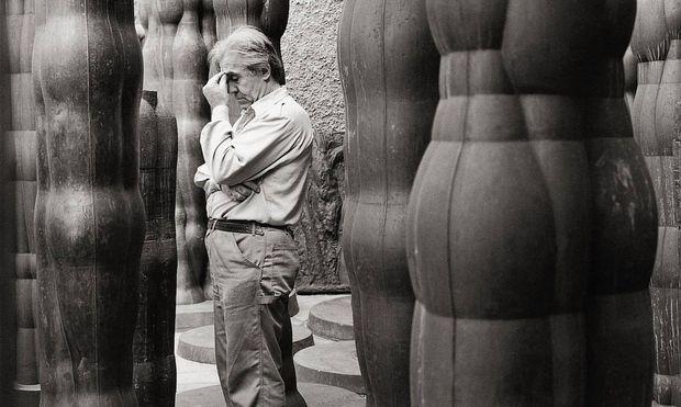 Joannis Avramidis zwischen seinen Skulpturen =