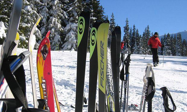 Symbolbild Skier im Schnee