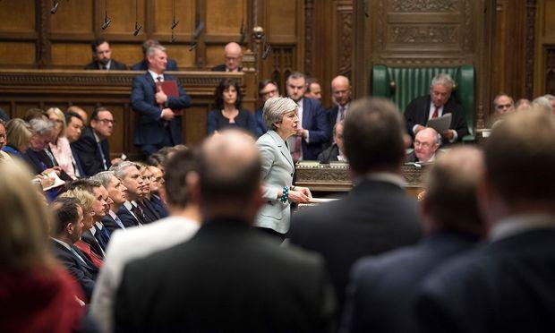 Theresa May blieb am Montag bei ihrem Kurs, das Parlament will am Mittwoch selbst die Richtung vorgeben.