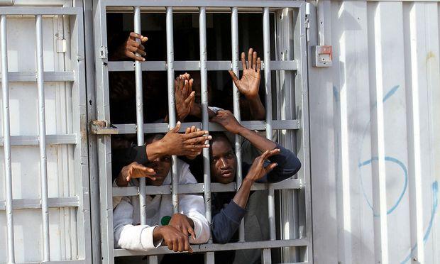Illegale Migranten in einem Internierungslager in Libyen.