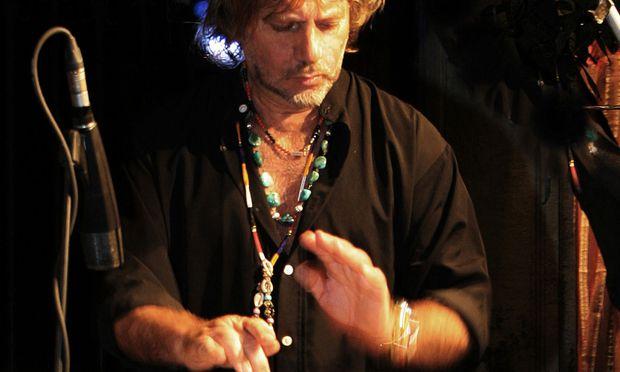 Der neapolitanische Perkussionist Tony Esposito gastiert heute, Donnerstag, in Schwaz in Tirol.