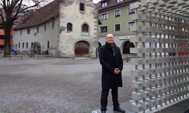 """Hans Gruber vor dem Zeughaus, dem ältesten Bau der Stadt, neben der Installation """"Leben.Lachen.Sterben"""" zur 800-Jahr-Feier."""