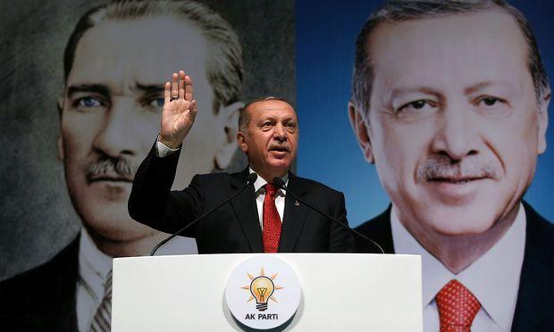 """Am Wochenende bezeichnete Erdogan den Kursverfall der Lira als """"Raketen"""" in einem Wirtschaftskrieg gegen sein Land."""
