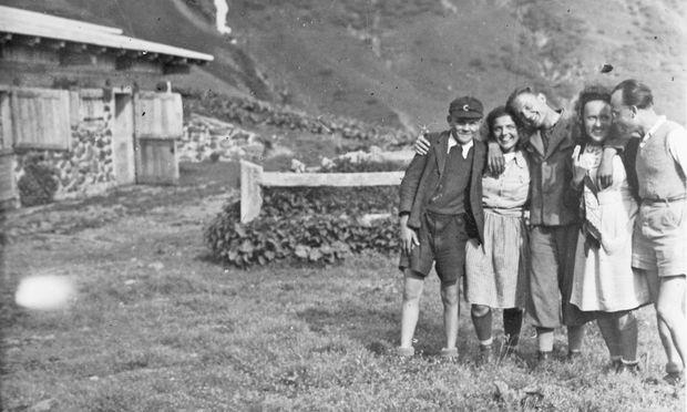 Sommer 1944, Plöckenalm, Kärnten: Rudolf Moser, Mitte, kurz bevor er in den Untergrund geht.