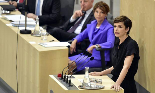 SPÖ-Chefin Pamela Rendi-Wagner betonte ihre Freude darüber, dass es mit Bierlein erstmals eine Kanzlerin gebe.