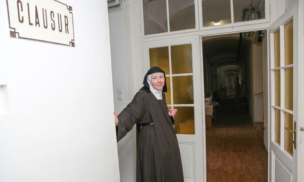 """Ein Einblick, den Priorin Regina selten gewährt: der Gang zu den Zellen der elf Schwestern, die im Karmel Mayerling in """"päpstlicher Klausur"""" leben. Derzeit wird in Mayerling saniert. Technik, die aus 1889, dem Jahr der Gründung (und damit dem Jahr der Tragödie von Mayerling) stammt, wird ersetzt."""