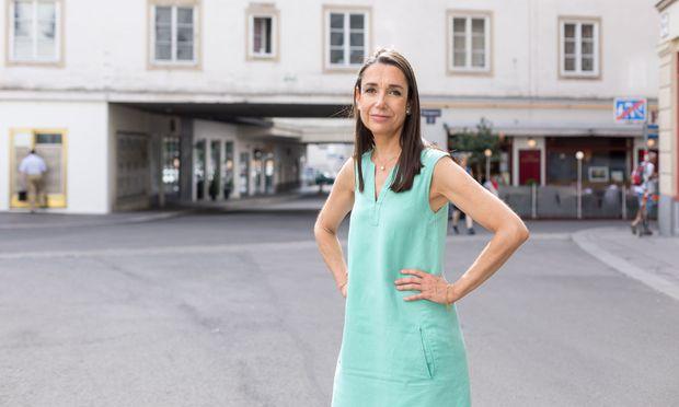 """Als Susanne Wolf den """"Herrn vom Amt"""" schrieb, war die Ibiza-Affäre noch gar nicht passiert. Sie gibt dem Thema zusätzliche Brisanz."""
