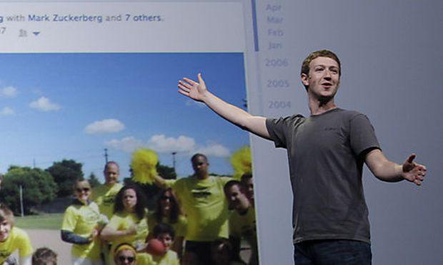 Facebook-Chef Mark Zuckerberg vor einem getaggten Foto.