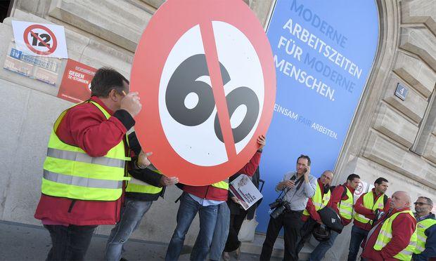 Proteste gegen das neue Arbeitszeitgesetz vor dem Haus der Industriellenvereinigung in Wien.