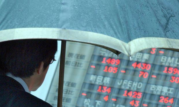 Der Anblick der Börsen kommt derzeit einem Regenwetter gleich. Wer den Sicherheitsschirm aufgespannt hat, kommt relativ unbeschadet durch.